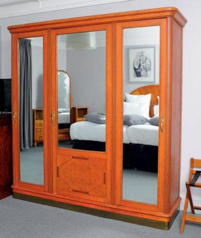 Armoire dressing ouvrant à trois portes miroirs...