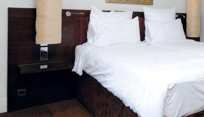 Tête de lit et tables de chevet intégrées...
