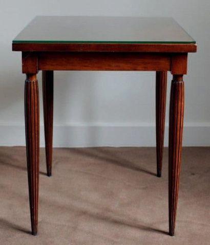 Une table d'appoint carré. Pieds cannelés...