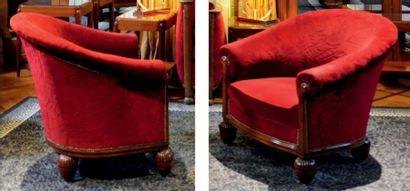 Paire de larges fauteuils garnis de velours pourpre partiellement estampé de motifs...
