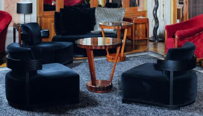 Un canapé et deux chauffeuses en velours noir à structure cintrée en bois laqué...