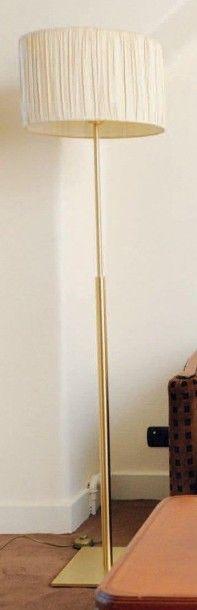 Lampe de parquet en métal doré. Peter design....