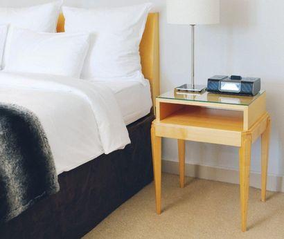 Tête de lit en bois clair et paire de chevets...