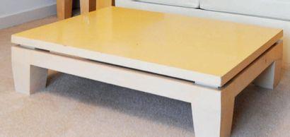 Table basse en bois clair de style Art Déco...