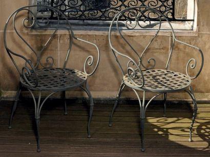 Deux fauteuils de jardin en fer forgé laqué...