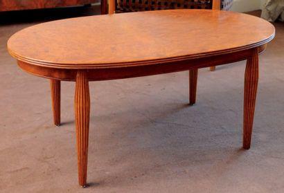 Table basse de forme ovale, à pieds fuselés...