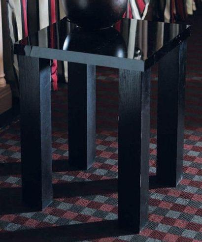 Table d'appoint carrée en bois laqué noir...