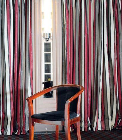 Paire de doubles-rideaux en soie rayée gris,...