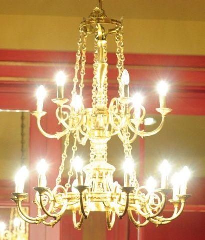 Lustre en bronze doré à dix-huit lumières...