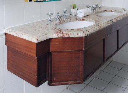 Double lavabo en bois et marbre veiné beige...