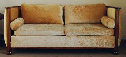 Grand canapé deux places à accotoirs arrondis...
