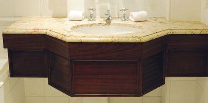 Lavabo à un évier en bois et marbre veiné...