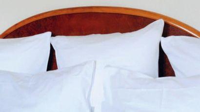 Tête de lit et une paire de chevets à montants...