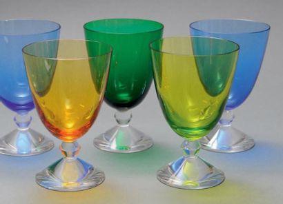 Cinq verres à eau polychromes en cristal...