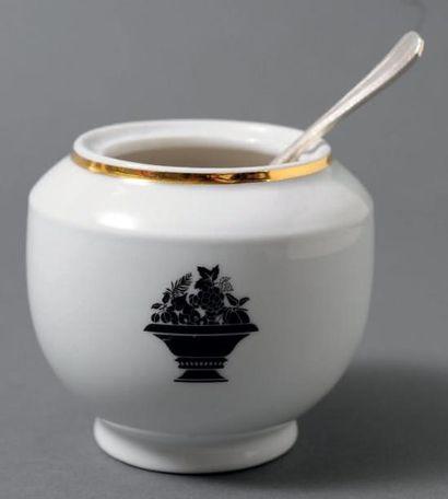 Paire de sucriers en porcelaine de Limoges,...