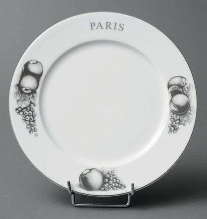 Suite de douze grandes assiettes en porcelaine...