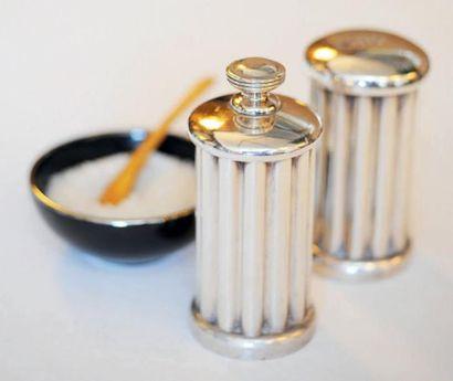 Salière et poivrière en métal argenté, le...