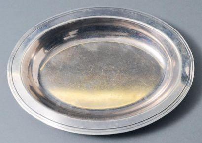 Paire de plats ronds en métal argenté, gravés...