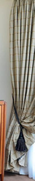 Deux paires de double-rideaux à fond beige...