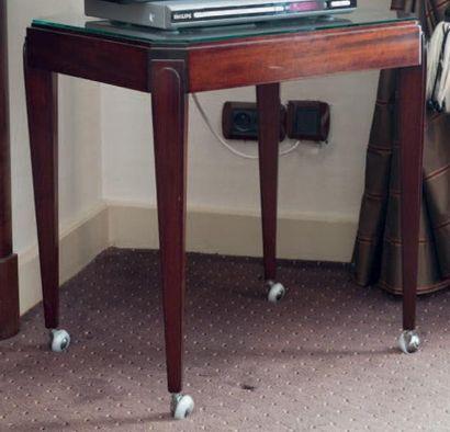 Une table d'appoint à roulettes de style...
