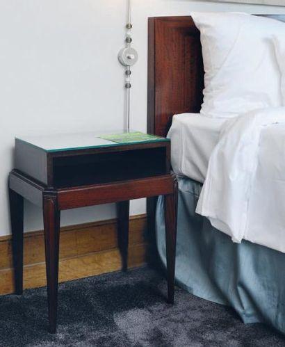 Tête de lit et paire de chevets à gradin...