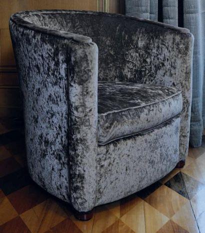 Un fauteuil crapaud garni de velours moiré...