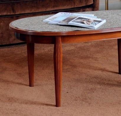Table basse ovale à pieds cannelés. H_45,5...