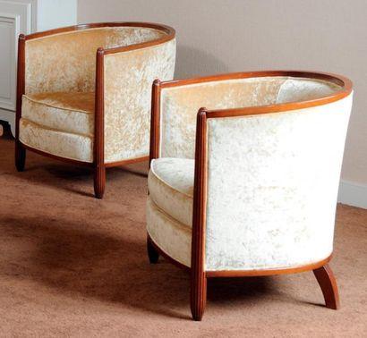 Paire de fauteuils gondole garni de velours champagne. H_70 cm L_65 cm P_63 cm