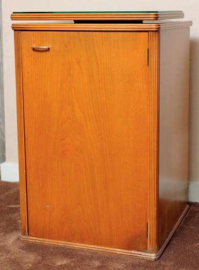 Meuble Bar ouvrant à une porte et plateau TV rotatif contenant un réfrgirateur Bartech....