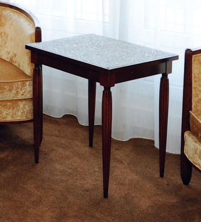Une table d'appoint carrée Pieds cannelés...