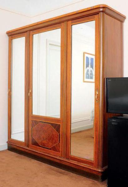Grande armoire dressing ouvrant à trois portes...