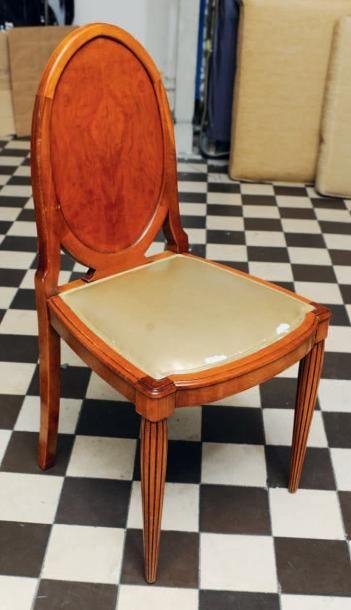 Paire de chaises à dossier médaillon, piètement...