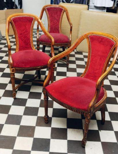 Suite de trois fauteuils en bois mouluré...
