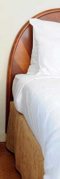 Une tête de lit et deux tables de chevet...