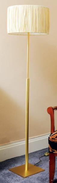 Lampe de parquet en métal doré. Peters design....