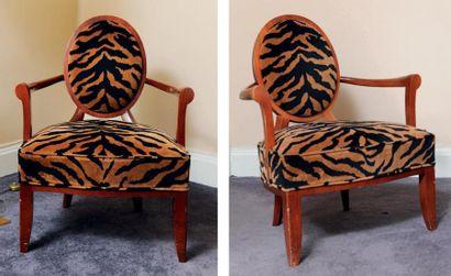 Paire de larges fauteuils à dossier médaillon...