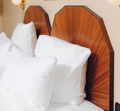Tête de lit à pans coupés et paire de tables...