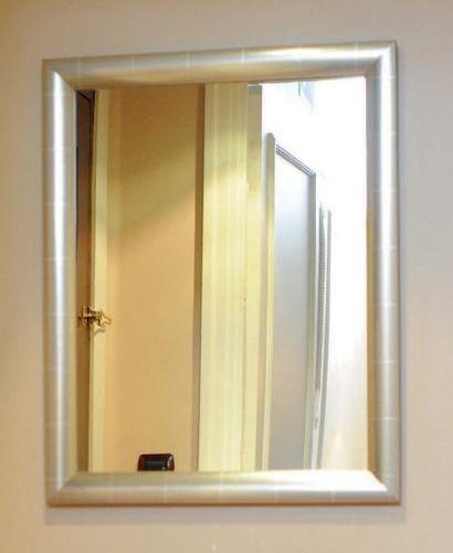 Miroir encadré d'une baguette argentée. H_78...