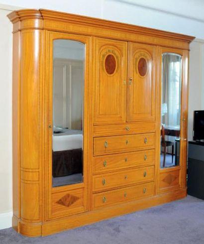 Grand meuble penderie en bois marqueté, à...