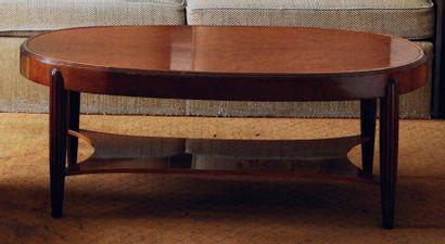 Table basse ovale, piètement en ogive cannelé,...