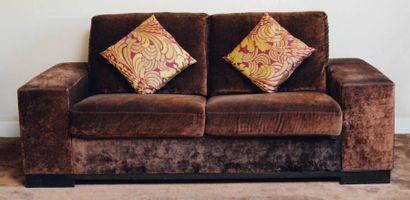 Canapé-lit deux places à larges accotoirs...
