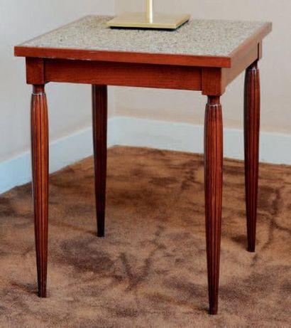 Table basse carrée montants cannelés et pieds...