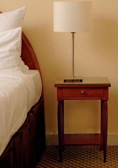 Tête de lit et paire de tables de chevet...