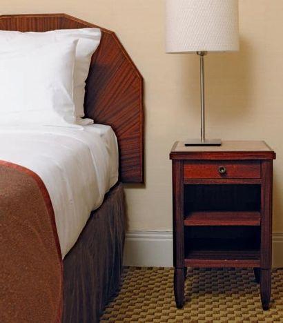 Deux têtes de lit et deux tables de chevet...