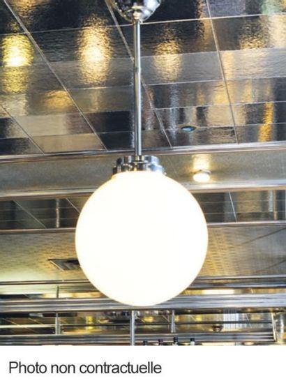 Trois suspensions boule en métal chromé et...