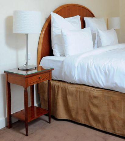 Une Tête de lit et paire de tables de chevet...