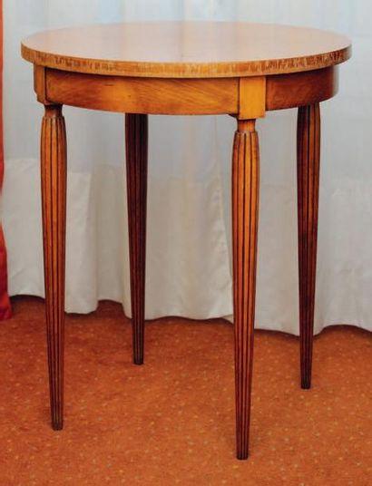 Table guéridon circulaire à quatre pieds...