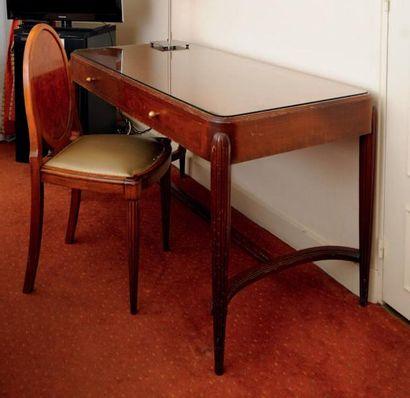 Bureau plat ouvrant à deux tiroirs. Pieds...