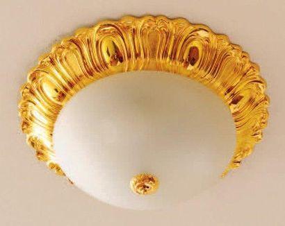 Plafonnier en métal doré à décor de palmettes....