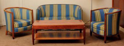 Salon composé d'un canapé deux places et...